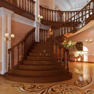 Большая деревянная лестница в коттедже