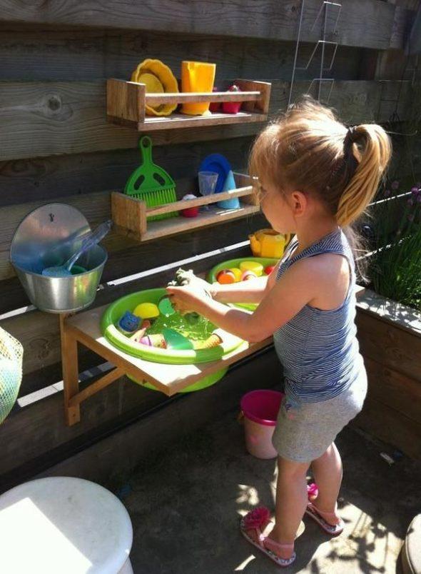 Дачный вариант летней детской кухни