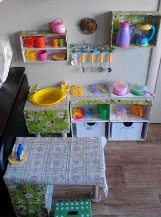 Детская кухня из картонных коробок — несколько предметов