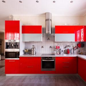 Дизайн кухни с матовым потолком белого цвета