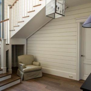 Дизайн-проект небольшой прихожей с лестницей в частном доме