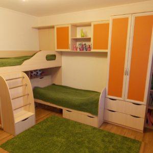 Двухъярусная кровать со встроенным шкафом и полками
