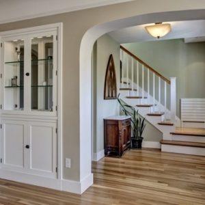Г-образная лестница в доме