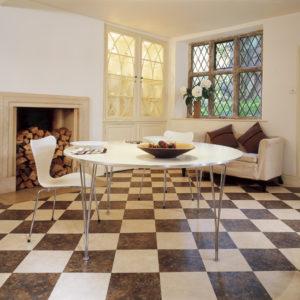 Гостиная с полом из шахматной плитки