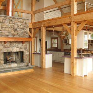 Интерьер кухни внутри деревянного дома