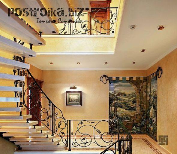 Холл с лестницей на второй этаж