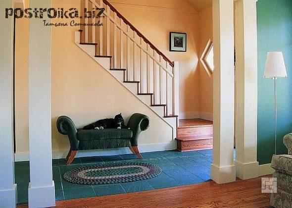 Прихожая с банкеткой и лестницей