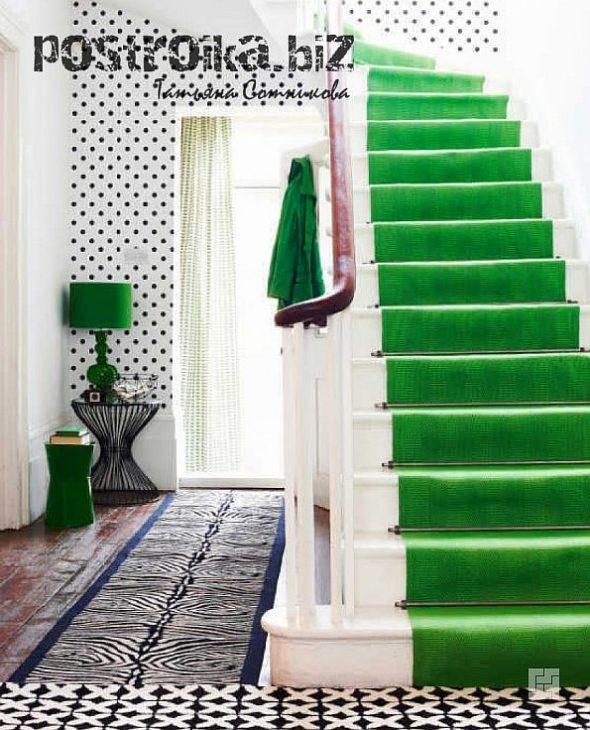 Лестница с зелёными ступенями в прихожей