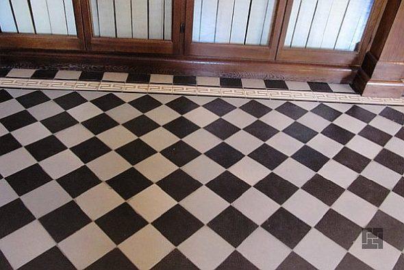 Чёрная и белая плитка, уложенная в шахматном порядке под углом