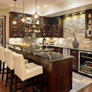 Кухня в коричневых тонах с барной стойкой