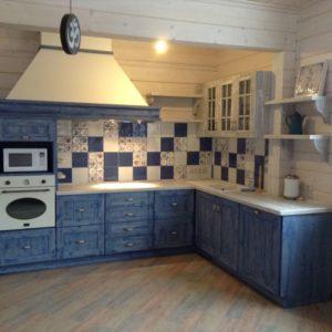 Кухня в стиле кантри синего цвета