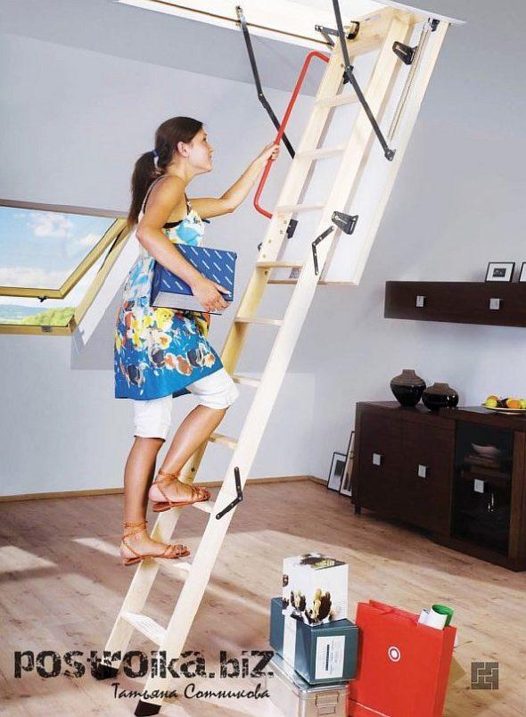 Девушка поднимается по лестнице на мансарду
