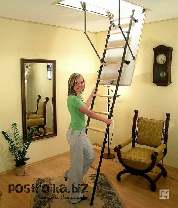 Девушка рядом с лестницей на мансарду