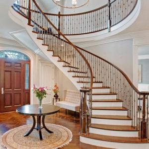 Лестница на второй этаж в холле дома