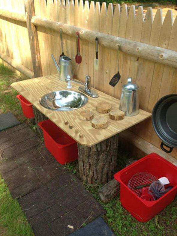 Летняя детская кухня на деревянных чурках