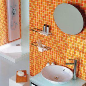 Оранжевая мозаика в ванной