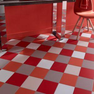 Плитка, выложенная в шахматном порядке, красного, белого и серого цветов