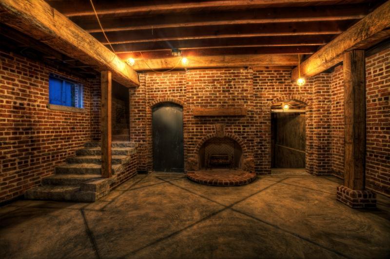 Подвал с кирпичными стенами