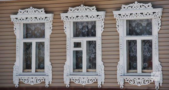 Резные наличники белого цвета на окнах