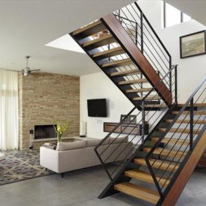 Прямая лестница на второй этаж