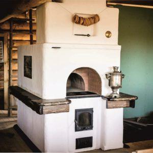 Русская печь с плитой и лежанкой белого цвета