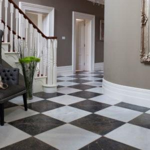 Шахматная плитка на полу в холле