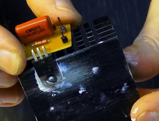 Симистор расположен вертикально к плате