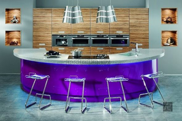Кухня с барной стойкой-островом фиолетового цвета