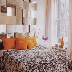 Зеркальное панно в изголовье кровати