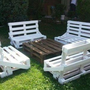 Садовые скамейки и столик