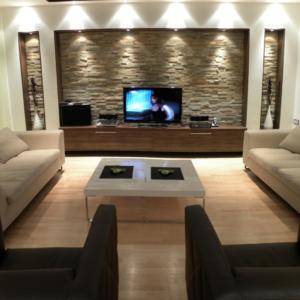 Имитация камня в интерьере гостиной