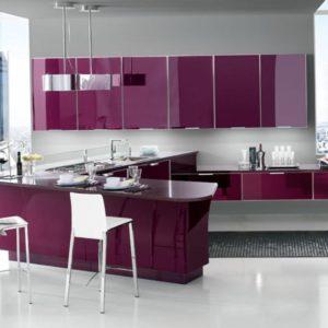 Кухня в серо-фиолетовых тонах с барной стойкой