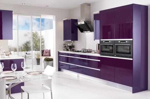 Кухня в фиолетовых тонах со встроенной техникой