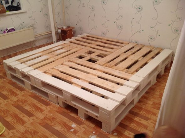 Квадратная кровать из строительных поддонов