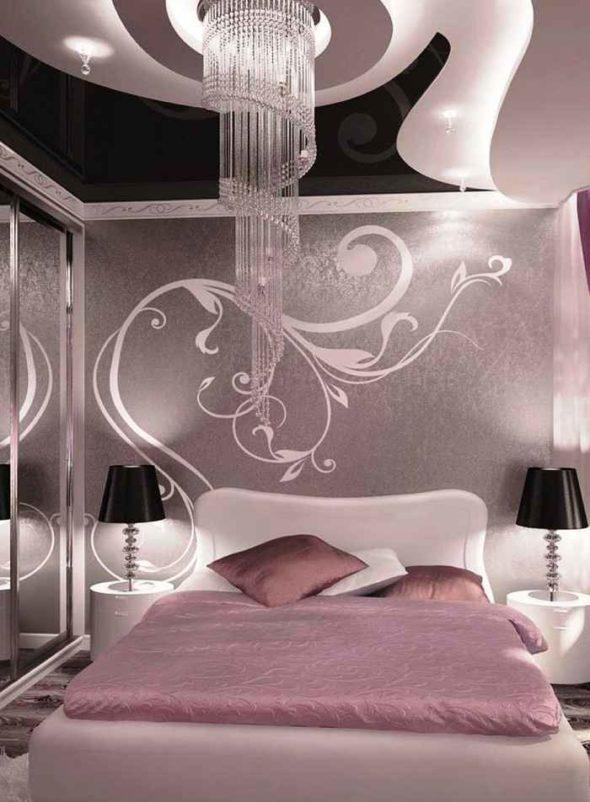 Спальня в сиреневых тонах с хрустальной люстрой