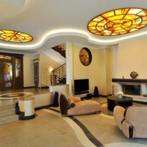 Потолок гостиной с витражными вставками