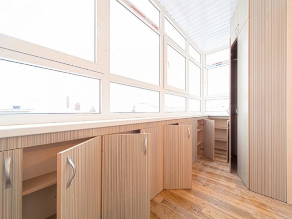 Низкие шкафы на балконе