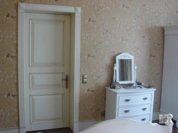 Дверь окрашеная краской в один цвет