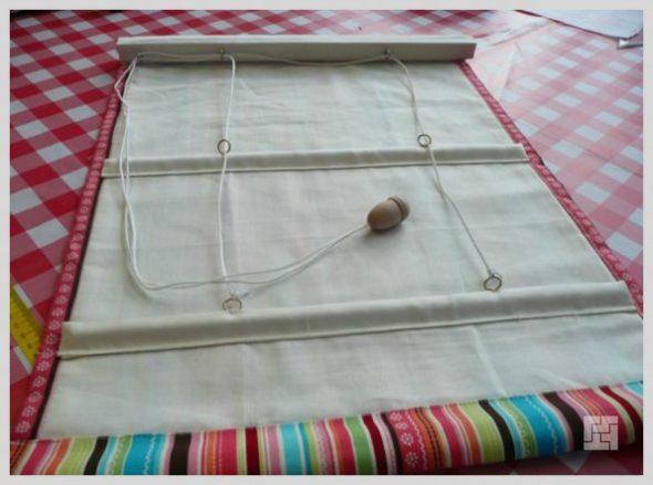 Продеваем шнуры в колечки шторы