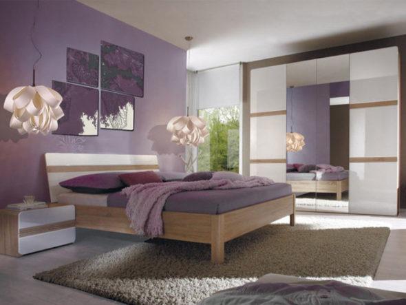 Спальня в стиле либерти в сиреневых тонах с дизайнерскими светильниками