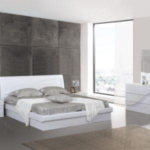 Стена, отделанная дереваянными панелями в изголовье кровати