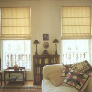 Светлые римские шторы в интерьере гостиной