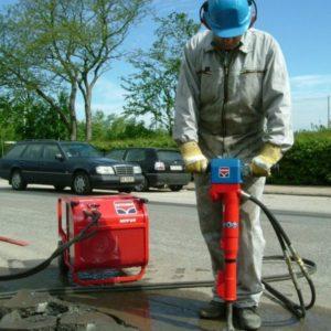 Использование отбойного молотка при ремонте дорог