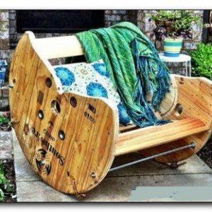 Оригинальное кресло из катушки для провода