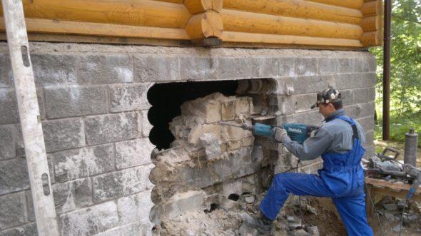 Проделывание отверстия в стене с помощью отбойника