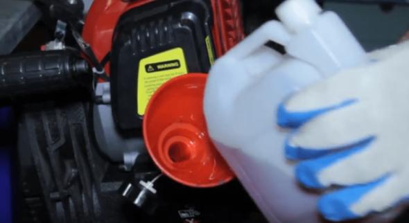 Заправка топливного бака отбойного молотка