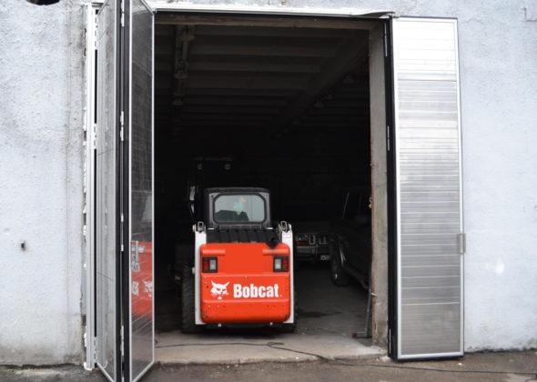 Складывающиеся ворота в гараже для строительной техники