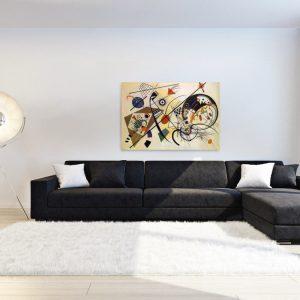 Большой диван в просторной гостиной