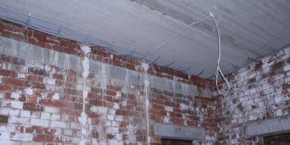 Фиксация наружной проводки к потолку