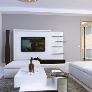 Гостиная в лавандовых тонах с белой мебелью